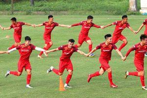 U23 Việt Nam đủ quân, thi chạy kiểu lạ trên sân tập
