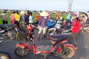 Hàng trăm người theo dõi cuộc tìm kiếm nam thanh niên ngã xuống sông mất tích