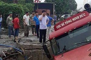 Hà Nội: Nhiều hộ dân mất nước sau sự cố xe container làm vỡ đường ống