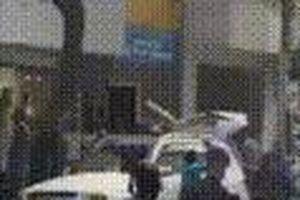 TP.HCM: Nhóm người đi xe Mercedes bị tấn công tới tấp ngay trên đường, 2 người ngã gục phải nhập viện cấp cứu