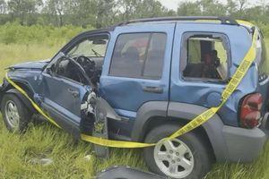 Chủ xe thoát chết thần kỳ khi bị cơn bão 'ném' ôtô vào người