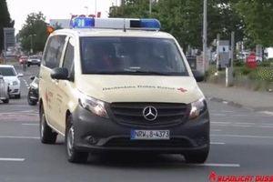 Ôtô lao như tên bắn, đâm vỡ đầu xe cứu thương ở Đức