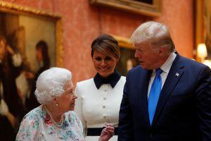 Đệ nhất phu nhân Melania 'chữa cháy' cho TT Trump trước Nữ hoàng Anh