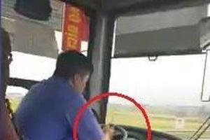 Phạt 700.000 đồng với tài xế vừa lái xe bus vừa dùng điện thoại