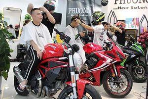 Tiệm cắt tóc đặc biệt của dân chơi môtô ở Quảng Ninh
