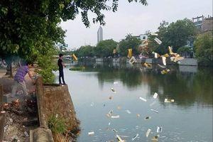 Huế: Truy bắt nhóm người ngang nhiên rải lượng lớn vàng mã trên sông Đông Ba