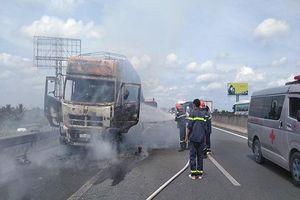 Xe tải bất ngờ bốc cháy trơ khung trên cao tốc TP.HCM - Trung Lương