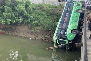 Kinh hoàng xe khách 'bay' xuống sông
