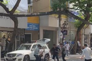 Hai nhóm người cầm hung khí 'huyết chiến' giữa phố Sài Gòn