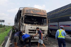 Xe tải bốc cháy dữ dội trên cao tốc TP HCM - Trung Lương