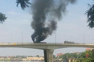 Phú Thọ: Cháy xe đầu kéo trên cầu Hạc Trì