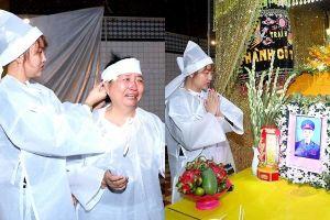 Phi Thanh Vân và mẹ khóc nức nở bên linh cữu cha