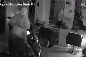 Thanh niên mặc áo mưa đột nhập nhà dân trộm 3 xe máy trong đêm