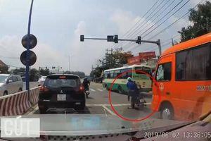 Cầm nón bảo hiểm đập vỡ kính xe khách, thanh niên bị đánh hội đồng tơi tả