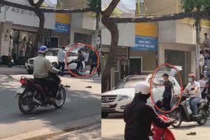 Clip nhóm côn đồ cầm hung khí đánh 2 người dã man, xịt sơn, phá gương ô tô ở TP.HCM