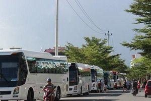 Hàng chục xe khách ngang nhiên chiếm dụng đường khu đô thị làm bãi xe gây bức xúc