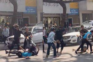TPHCM: Hàng chục thanh niên mang hung khí truy sát nhóm đi ô tô ở Sài Gòn