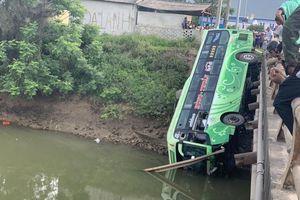 Xe chở 30 hành khách lao xuống sông, 2 người thiệt mạng