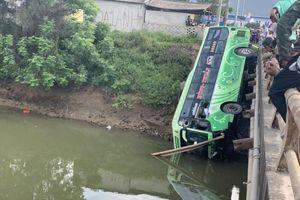 Xe khách rớt xuống sông, 1 người chết, 8 người bị thương