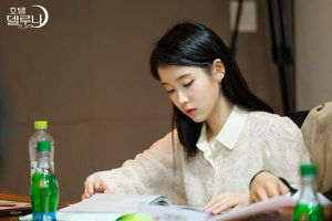 Phim 'Hotel Del Luna': IU và Yeo Goo Jin đẹp đôi, tương tác tốt tại buổi đọc kịch bản