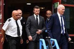 David Beckham bị cấm lái xe 6 tháng chỉ vì điện thoại
