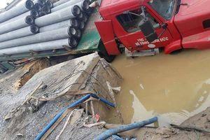 Hà Nội: Xe container làm vỡ đường nước sạch cấp cho 3 quận nội thành