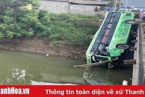 Xe khách rơi xuống sông, 1 người chết, ít nhất 2 người bị thương