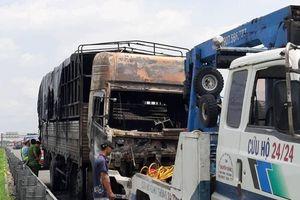Ô tô tải đang chạy bất ngờ bốc cháy dữ dội trên cao tốc