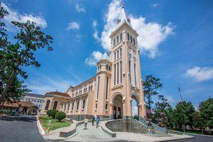 Nhà thờ nào ở Đà Lạt (Lâm Đồng) thường được gọi là nhà thờ Con Gà?
