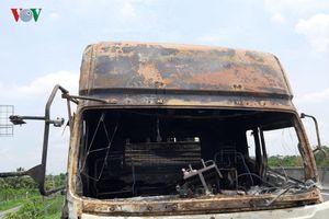 Ô tô đang lưu thông trên đường cao tốc bị bốc cháy ở Tiền Giang