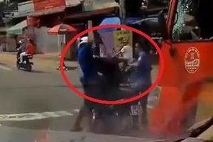 Clip: Cầm mũ bảo hiểm phang vỡ kính xe khách, thanh niên bị đánh hội đồng tơi tả
