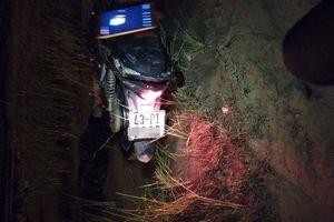 Hoảng hồn phát hiện người đàn ông chết úp mặt dưới vũng bùn, cạnh chiếc xe máy