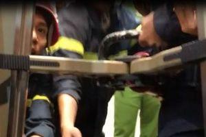 Nạn nhân mắc kẹt 20 phút trong thang máy ở Sài Gòn: 'Có 1 bạn gục luôn trong thang, khi cứu hộ đến phải dìu ra ngoài'