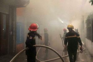 Kịp thời khống chế, ngăn cháy lan tại phố Trần Quang Diệu