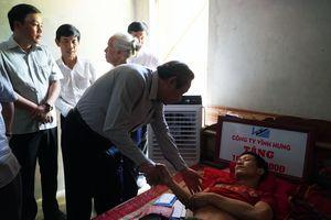 Bí thư Tỉnh ủy và Chủ tịch Mặt trận Quảng Bình tặng quà 'người hùng' mùa lũ năm 2010