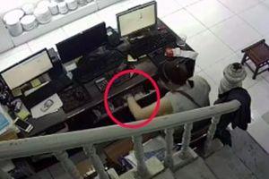 Qua mặt 2 nhân viên, 'nữ quái' trộm tiền tinh vi ở cửa hàng