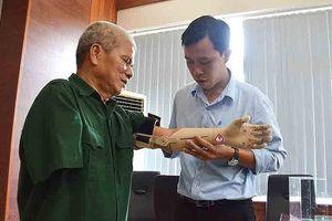 Cánh tay robot sinh viên chế tạo được tặng cho thương binh ở Quảng Ngãi