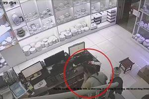 Clip 'nữ quái' trộm tiền trong cửa hàng gốm sứ nhanh như chớp