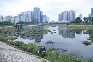 Công nhân thu dọn lòng hồ ô nhiễm như 'bãi đầm hoang' ở công viên gần 300 tỷ Hà Nội
