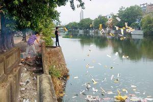 Huế: Truy tìm đối tượng rải vàng mã xuống sông Đông Ba gây ô nhiễm