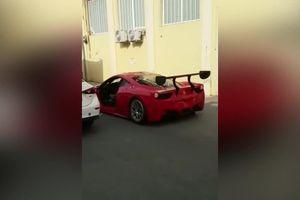 Ferrari bị Mazda đâm bay cánh cửa, tài xế vừa mất của lại phải đền tiền
