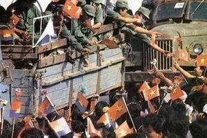 Hình ảnh người dân Campuchia chào đón 'đội quân nhà Phật' cách đây hơn 40 năm
