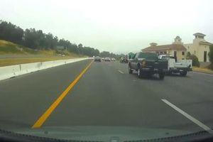 Xe bán tải 'phóng như bay' gây tai nạn thảm khốc trên cao tốc ở Mỹ