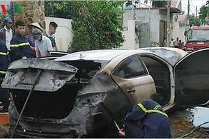 Ô tô 4 chỗ bốc cháy nặng vì bị... rơm quấn vào gầm máy