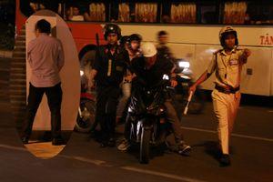 Dân nhậu Sài Gòn 'quậy tưng' đường phố: Tiểu tại chỗ, đổ tại ăn… bánh mì