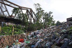 Rác thải 'bủa vây' chân cầu Long Biên