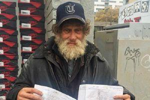 Sau 44 năm, cụ ông vô gia cư quay lại trường Đại học