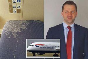 Hành khách than 'kinh tởm' khi ngồi trên ghế dính bãi nôn suốt chuyến bay hạng thương gia dài 10 tiếng
