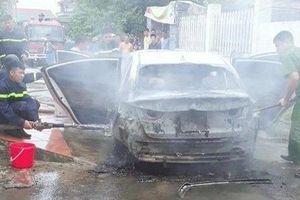 Hải Phòng: Bị rơm quấn vào gầm, ô tô bốc cháy dữ dội