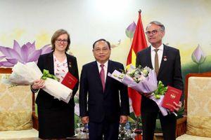 Thứ trưởng Nguyễn Văn Hiếu trao Kỷ niệm chương cho Tham tán hợp tác phát triển và Bí thư thứ nhất Đại sứ quán Đức tại Việt Nam